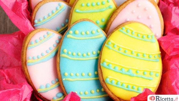 Biscotti di Pasqua decorati con la pasta di zucchero