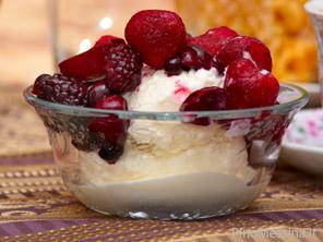 Coppa di frutta con gelato e pepe rosa