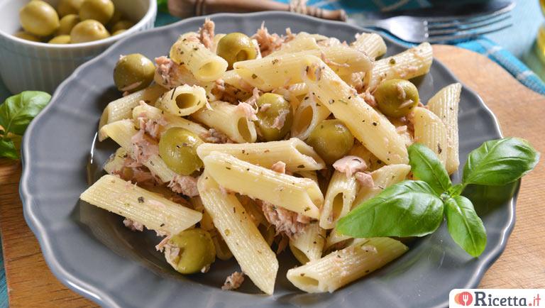 Pasta con tonno e olive verdi