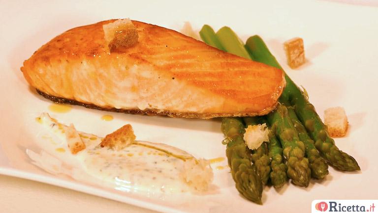 Ricetta Salmone Asparagi.Ricetta Salmone In Padella Con Yogurt E Asparagi Consigli E Ingredienti Ricetta It